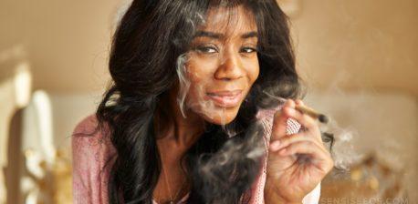 Een Afrikaans-Amerikaanse vrouw die en een verlichte verbinding glimlacht