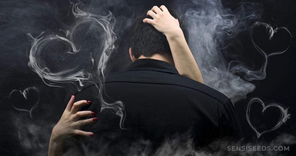 Deux personnes s'embrassant entourée de fumée qui a formé des cœurs