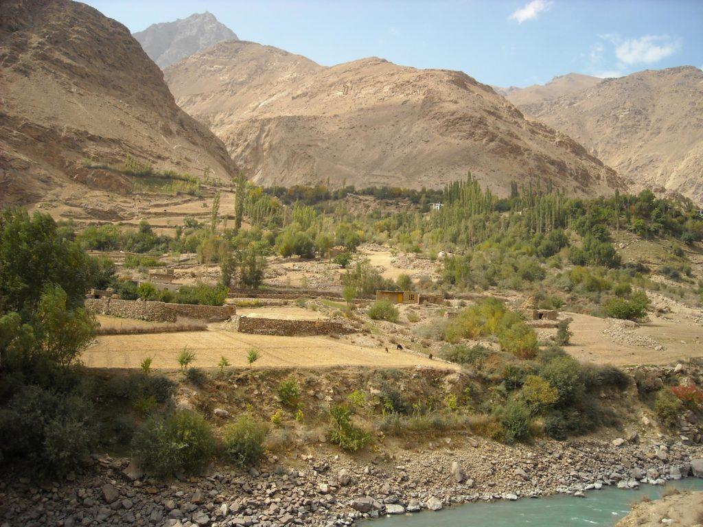 Un paysage de montagne rural au Tadjikistan