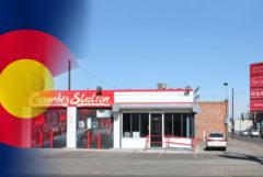 Le drapeau du Colorado et une station de cannabis