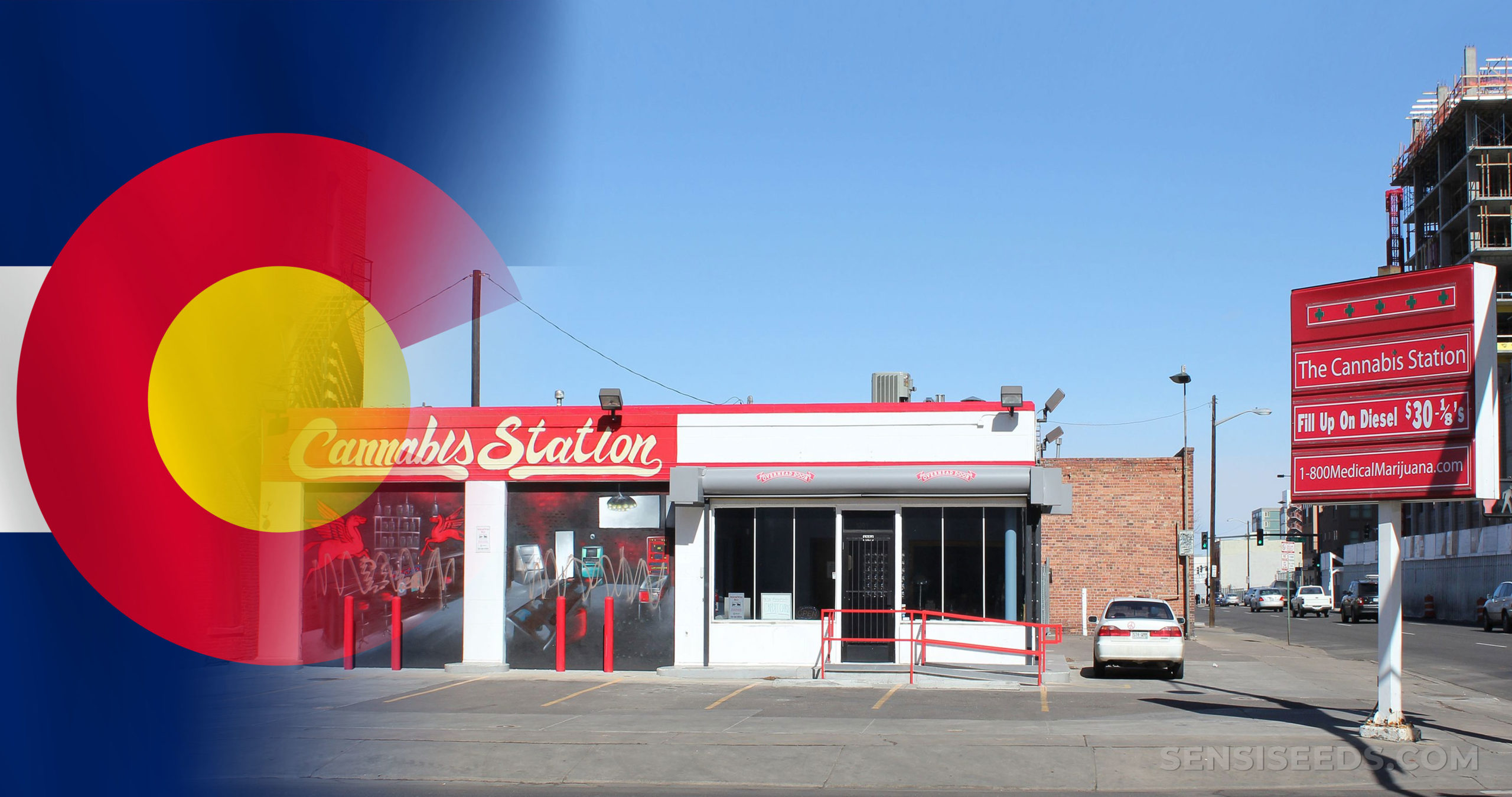 De vlag van Colorado en een Cannabis-stationsgebouw