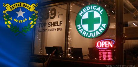 La bandera de Nevada y una entrada médica de la marihuana.