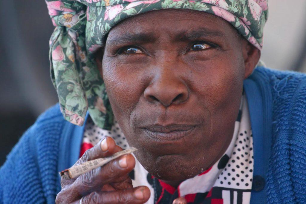 Una mujer fumando una articulación.