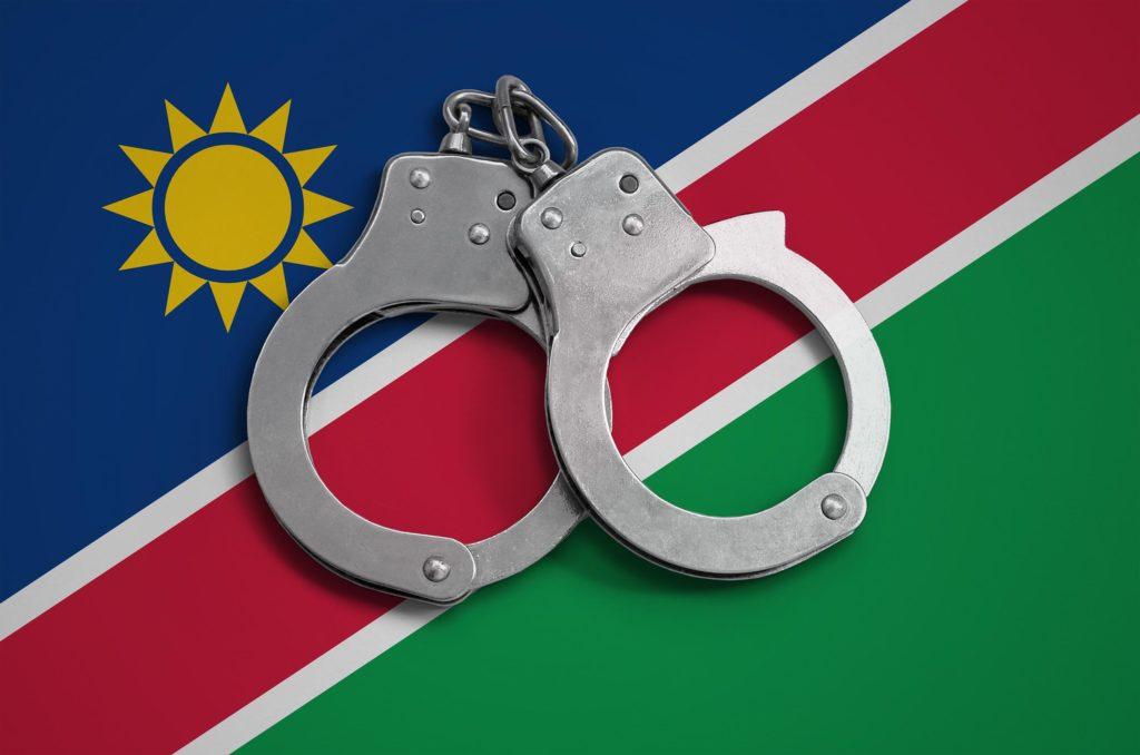 La bandera de Namibia y un par de esposas.