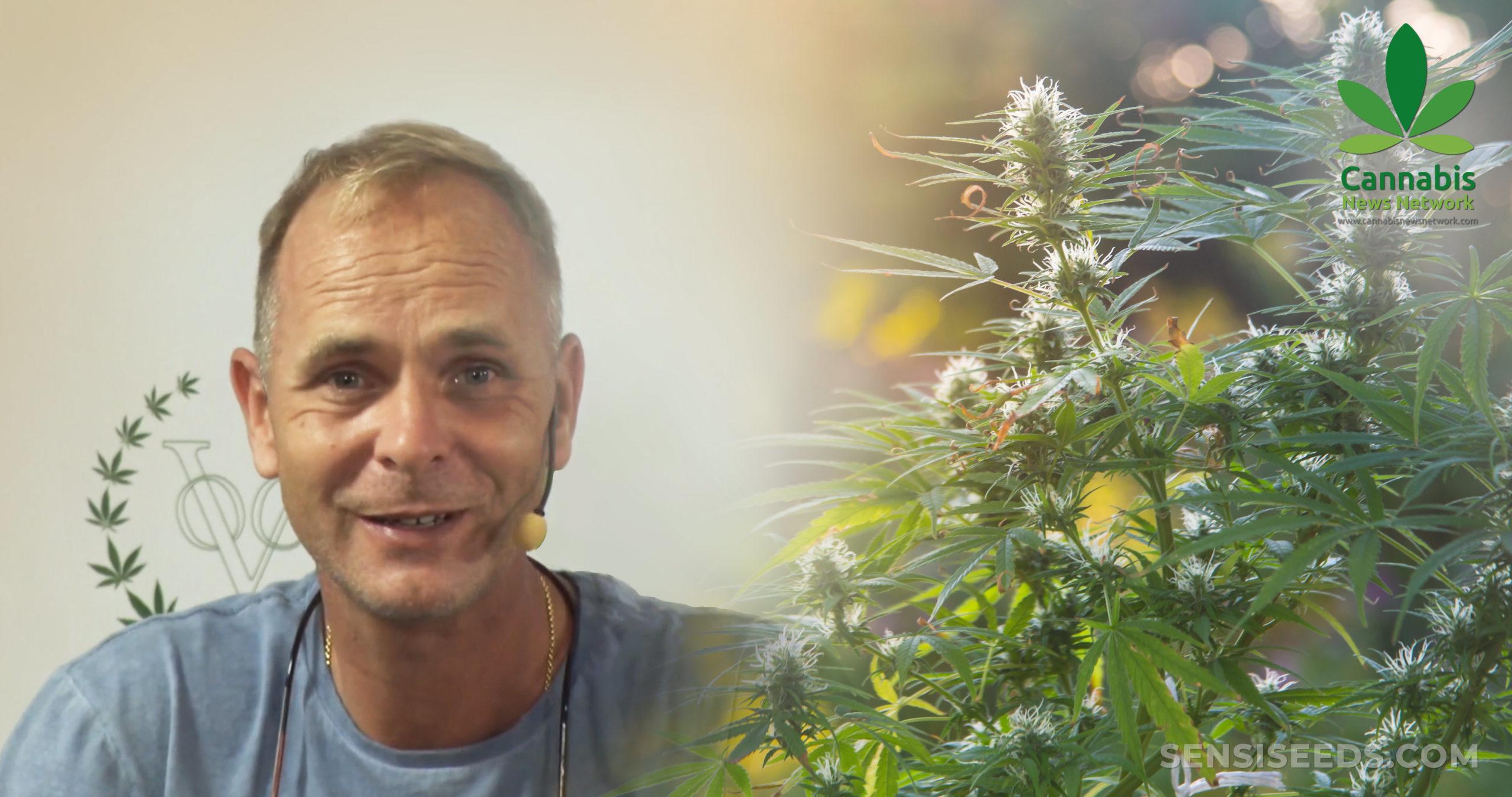 Alan Dronkers tragen ein Mikrofon neben einer Cannabis-Pflanze