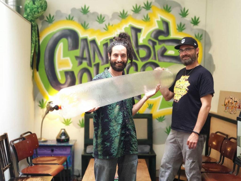 Dos hombres dentro del cannabis College