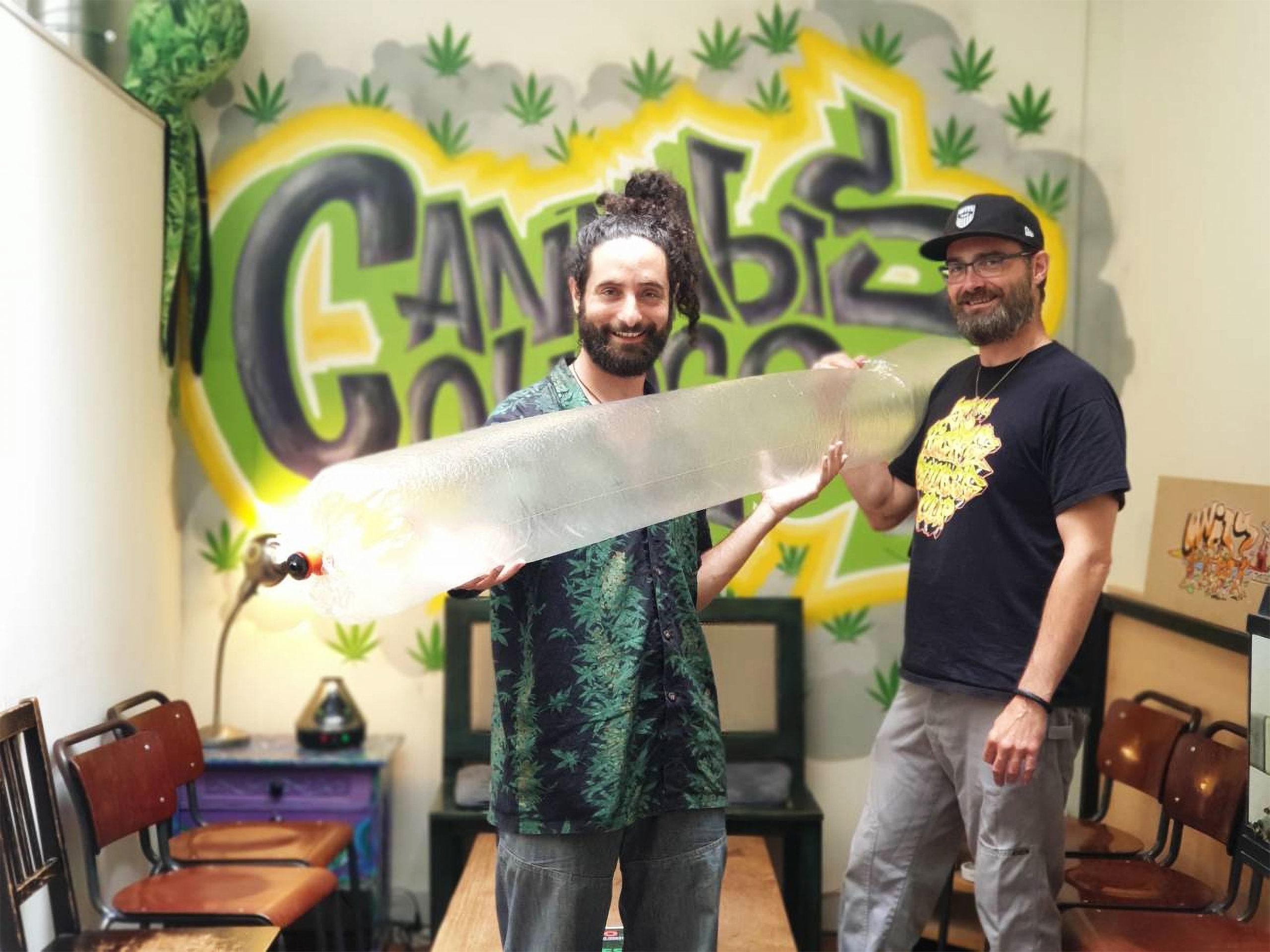 Zwei Männer im Cannabis College