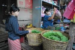 Betelblätter werden auf dem Bagan Nyaung Oo Markt in Myanmar angeboten (Tian Yake)