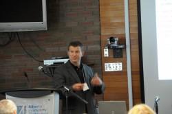 Dr. David Mitlin während einer Präsentation.