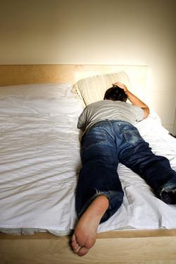 PTSD geht häufig mit Albträumen und Schlafstörungen einher (© atconc)