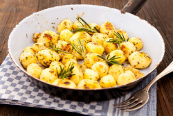 Bratkartoffeln mit Rosmarin in einer alten Pfanne