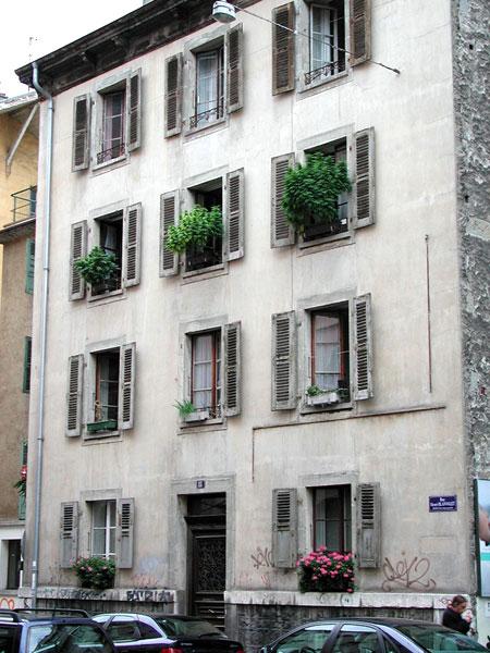 Cannabis growing on balconies in Geneva in 2008 (image puppiesandflowers.com)