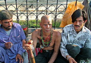 Local residents smoking hashish in Lahore (Guilhelm Vellut)