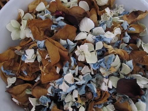 Una gran variedad de flores secas, semillas y otros productos pueden añadirse para aumentar su atractivo visual y añadir aroma © Hecuba´s Story)