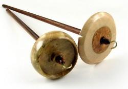 Un torno de hilar, el más adecuado para el hilado de fibras de cáñamo (Grizzly Mountain Arts)