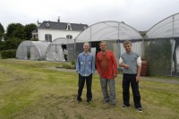 Ben Dronkers con dos de sus hijos (Ravi a la derecha y Alan a la izquierda) en el Castillo del Cannabis.