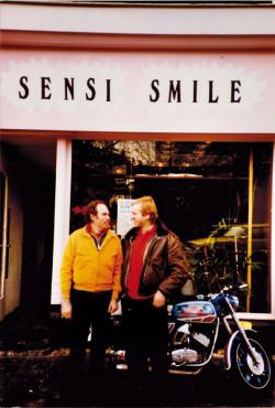 El gurú del cultivo Ed Rosenthal (l) y Ben Dronkers delante de Sensi Smile.