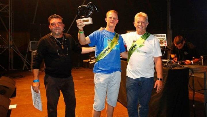 Nol van Schaik (derecha) y Pit Demmer (centro) después de ganar una Copa durante Expogrow.