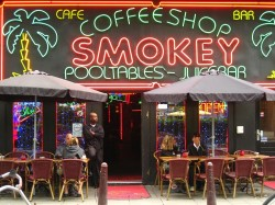 Ces dernières années, la politique néerlandaise libérale à l'égard du cannabis et des coffee shops a été lentement mais sûrement remise en question.