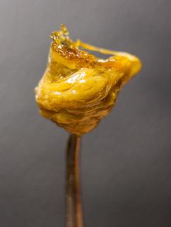 Cet extrait extrêmement pur est tendre mais solide lorsqu'exposé à température ambiante, et fondra facilement lorsque chauffé.