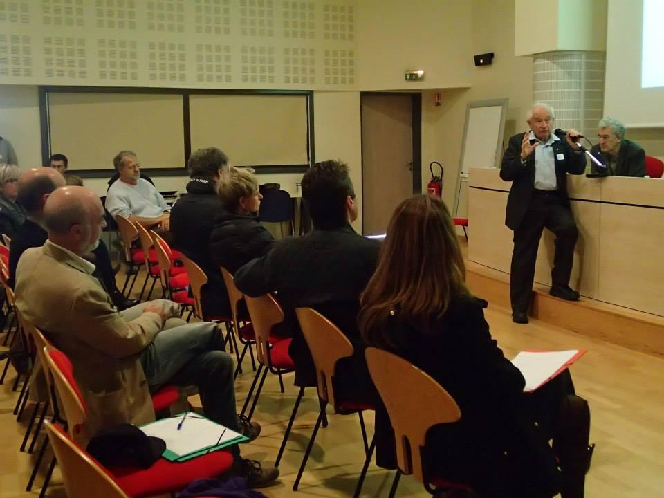 Le Professeur Mechoulam répond aux questions de l'audience.