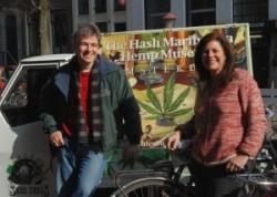 Chris Conrad et Mikki Norris devant le Hash Marijuana & Hemp Museum à Amsterdam - Sensi Seeds Blog