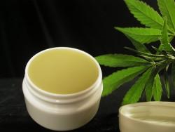 Plaatselijk aangebrachte cannabiszalf werkt tegen verschillende huidaandoeningen die op EB lijken.