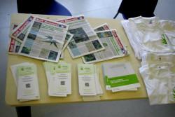 Basisbenodigdheden voor activisme tijdens het UFCM iCare symposium: pamfletten, de pers en toebehoren.