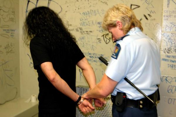 Drugsbezig kan bestraft worden met een jaar gevangenisstraf en/of 500 dollar boete. (CC. antifluor)